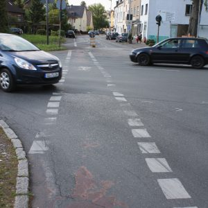 Der Radweg ist stark erneuerungsbedürftig.