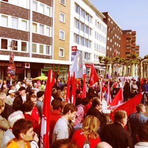 Jusos und SPD-Vertreter auf dem Kurt-Schumacher-Platz.