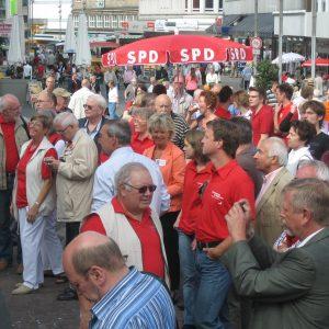 Viel Rot auf dem Kurt-Schumacher-Platz. Die Besucher waren von den Reden zum Wahlkampfauftakt begeistert